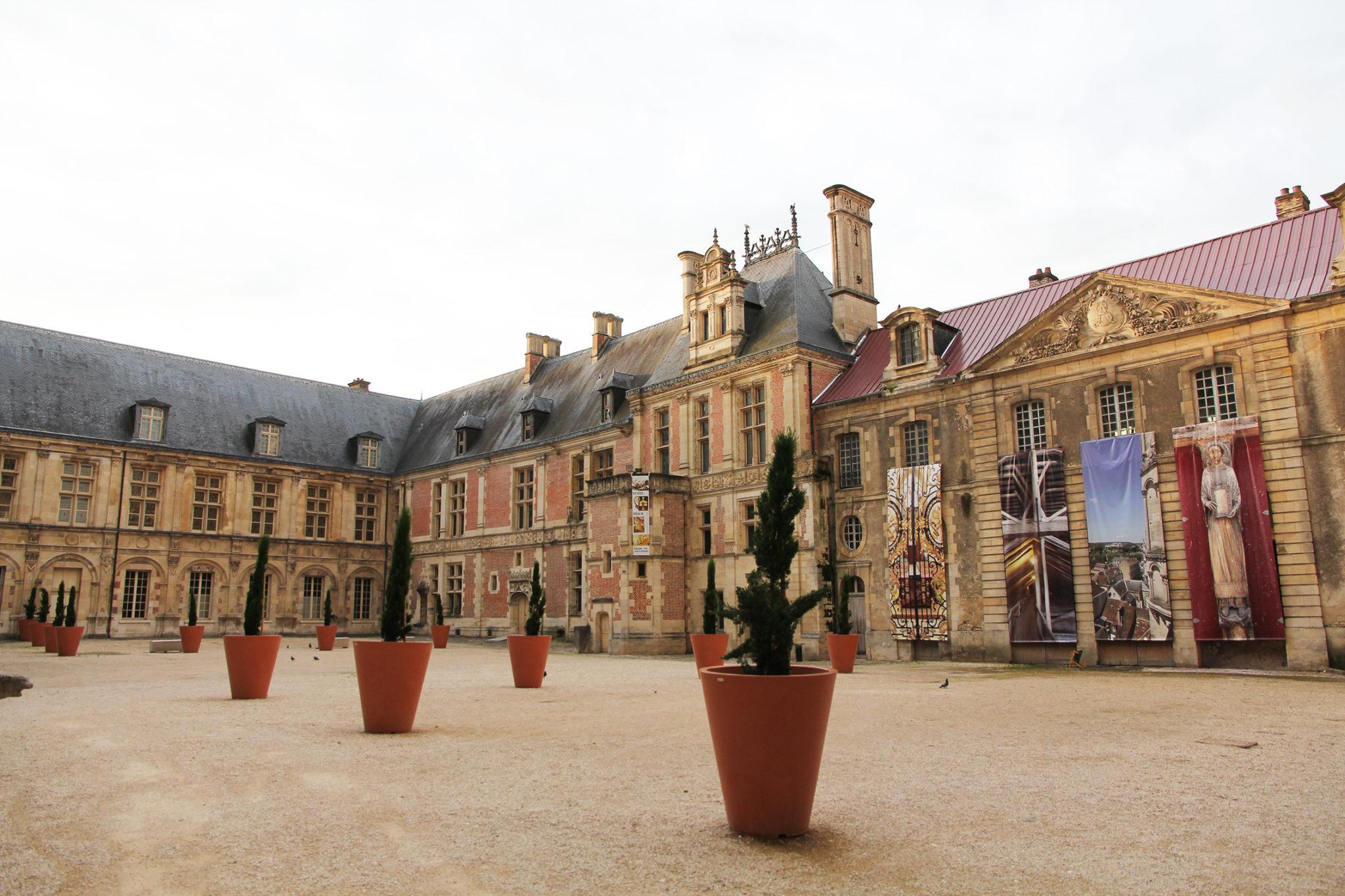 Cour du Palais synodal de Sens, cl. Musées de Sens